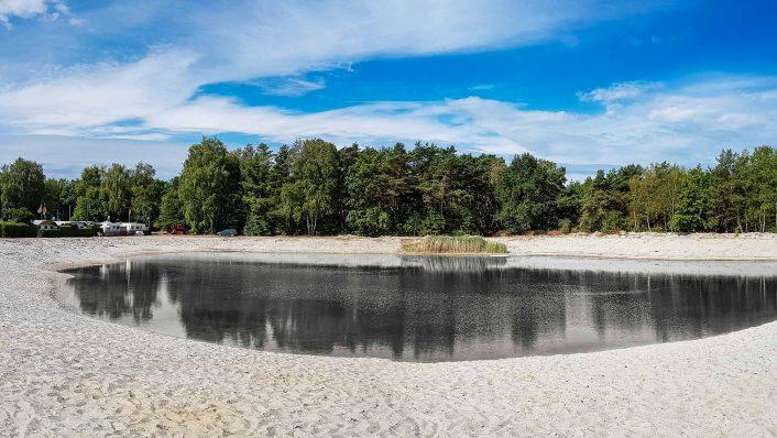 Eigener Badesee mit weißem Sandstrand auf Campingplatz Seepark Südheide in Gifhorn