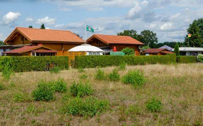 Ferienhäuser aus Holz auf Campingplatz