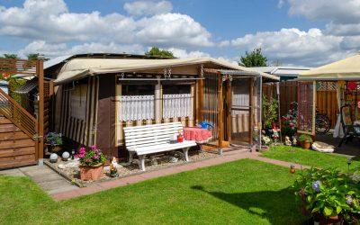 Dauercampingstellplatz mit Wohnwagen und Vorzelt