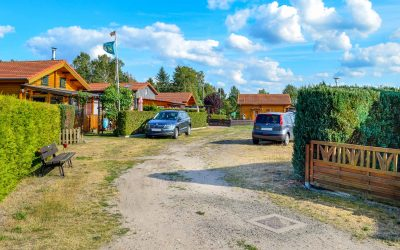 Mehrere Ferienhäuser aus Holz für einen Erstwohnsitz