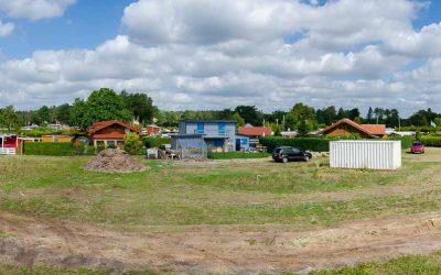 Panoramaansicht Wochenendhäuser und Mobilheime auf Campingplatz Seepark Südheide