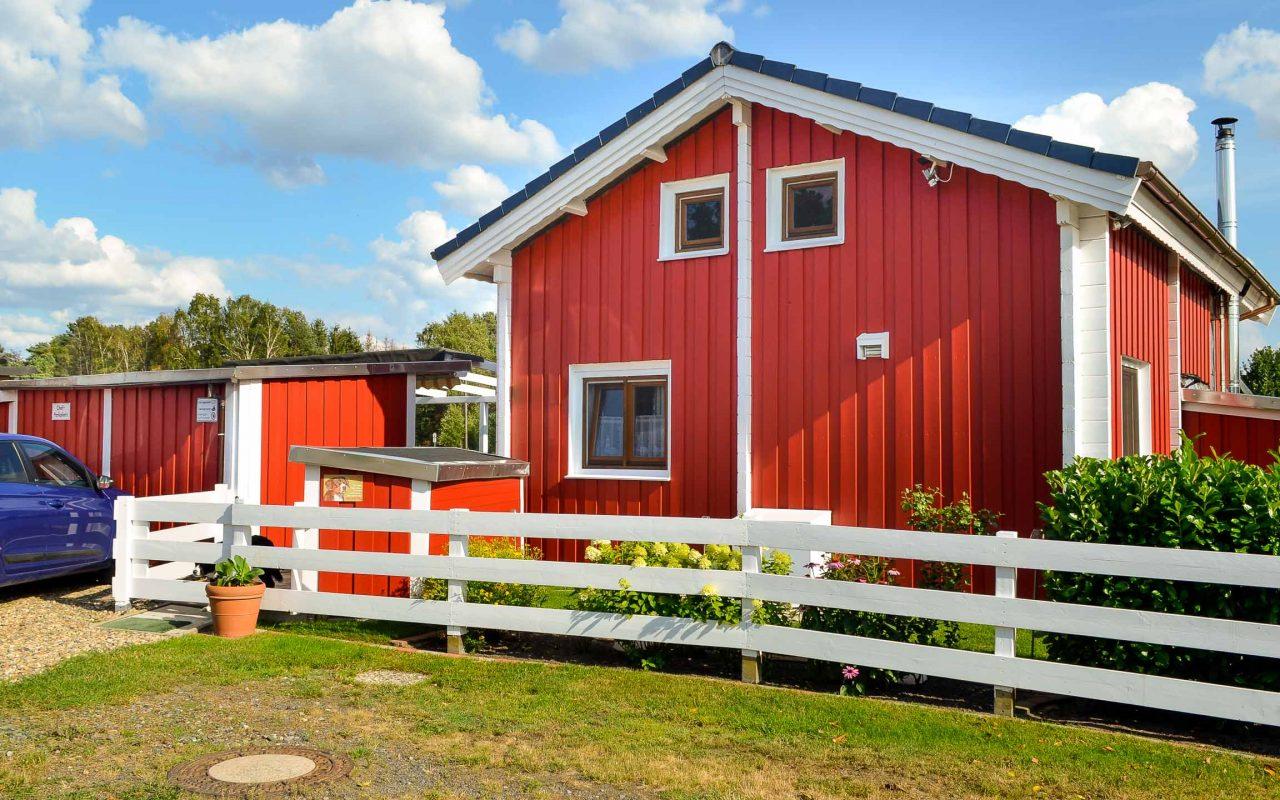 Rotes Schwedenhaus als Erstwohnsitz auf Campingplatz