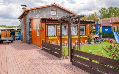 Wochenendhaus mit gepflasteter Einfahrt als Hauptwohnsitz