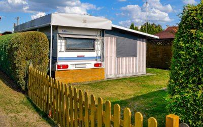 Wohnwagen mit festem Vorzelt auf Jahresstellplatz
